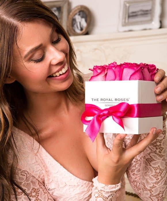 The Royal Roses® Die pinken Rosen in der Royal Cube Box - weiß Flower Box