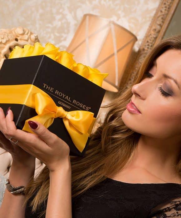 he Royal Roses® Die gelben Rosen in der Royal Cube Box - schwarz Flower Box